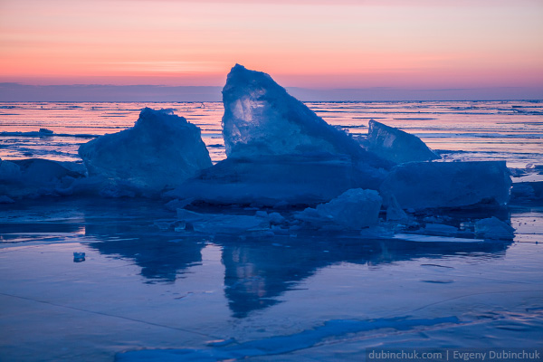 Ледяные торосы на Байкале на рассвете. Поход по Байкалу на коньках. Ice hummock on Baikal lake at sunrise. Ice skates tour.