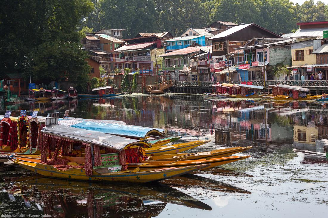 Лодки на озере Дал в Шринагаре