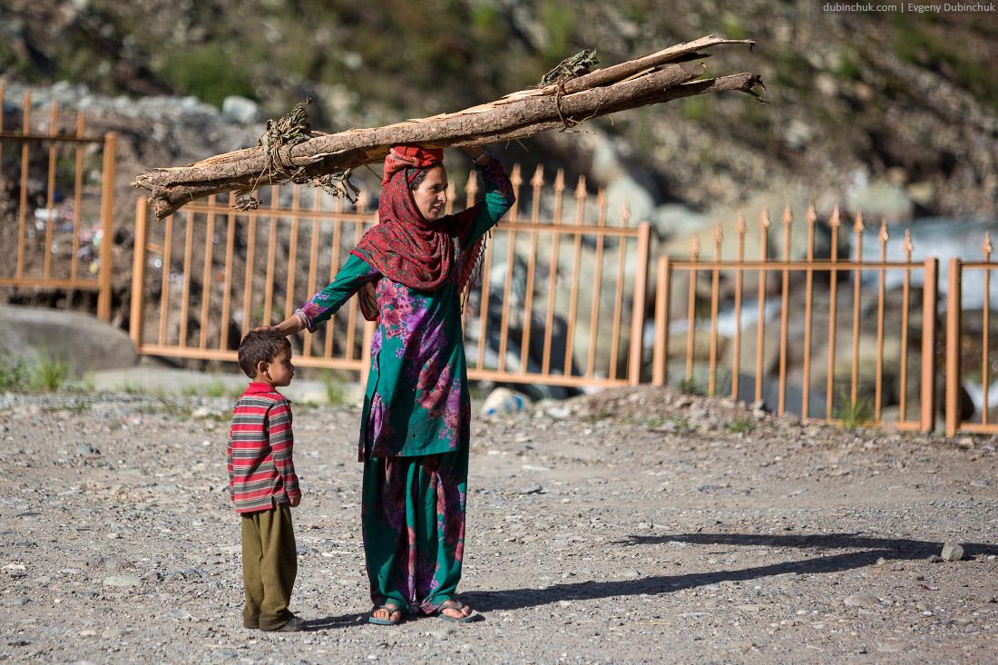 Тяжелая женская доля. Кашмир, Индия.