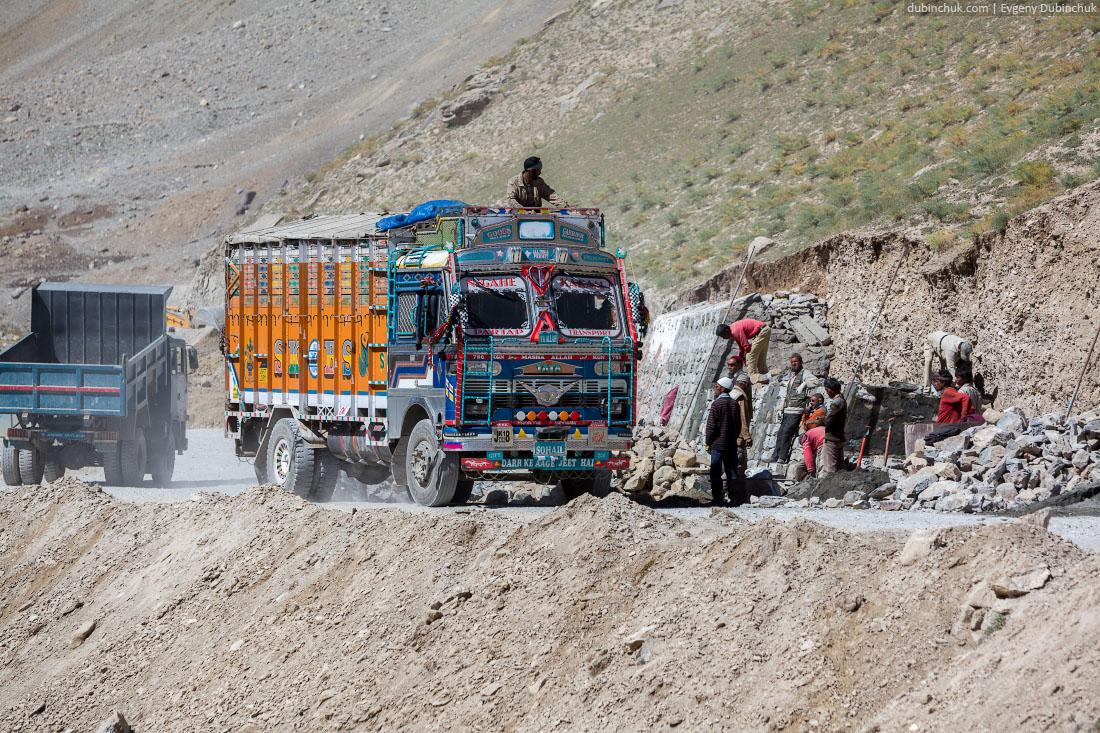 Работники BRO укрепляют дорогу
