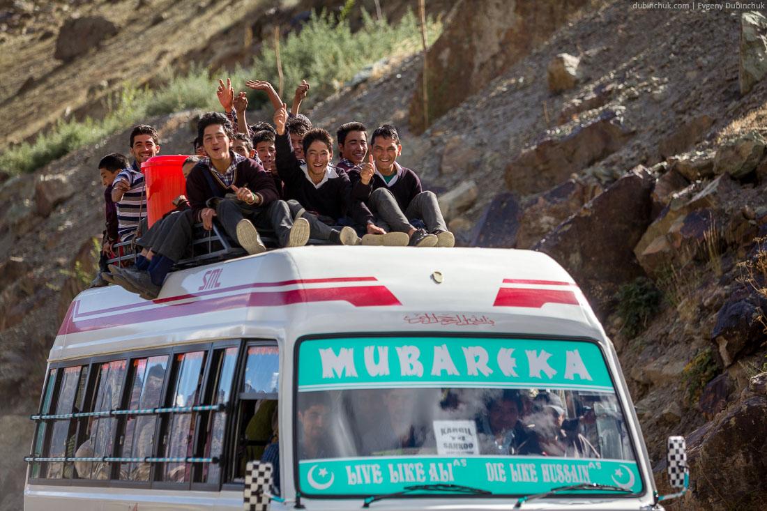Индийский автобус со школьниками на крыше. Кашмир