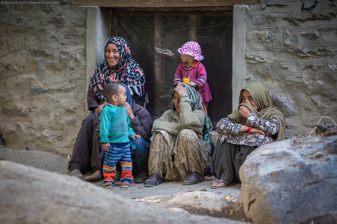 Мусульманки из Кашмира прячут свои лица
