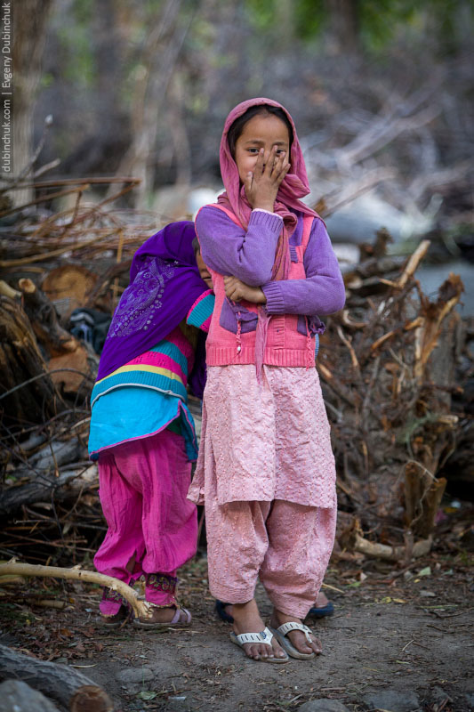 Кашмирская девочка прячет лицо от объектива фотоаппарата