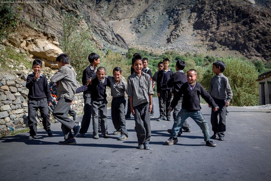 Веселые индийские школьники