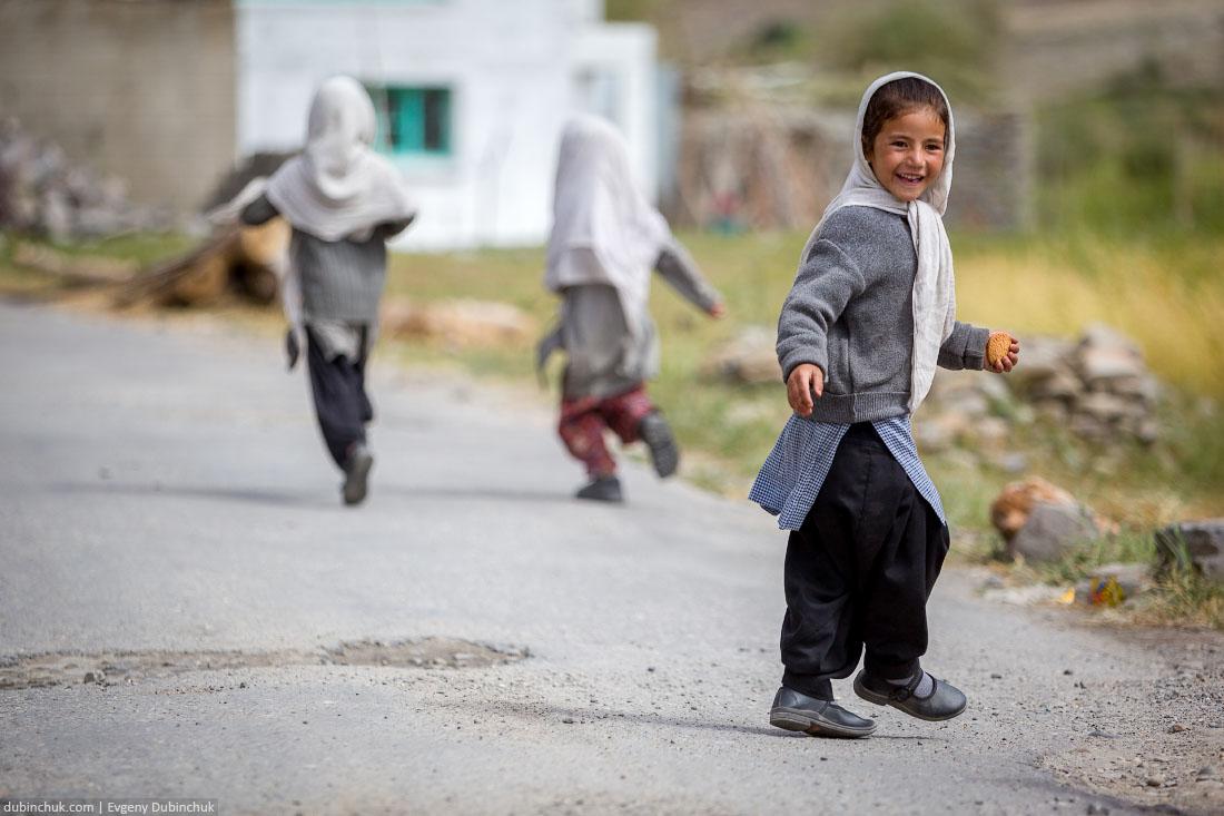Счастливые индийские девочки убегают с печеньками