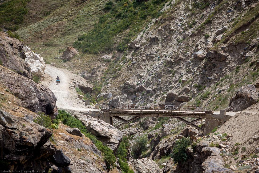 Мост через реку в Индийских Гималаях