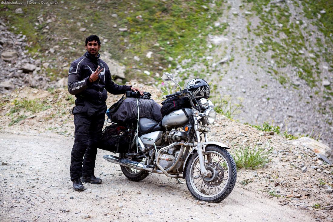 Индус путешествует по Ладакху на мотоцикле