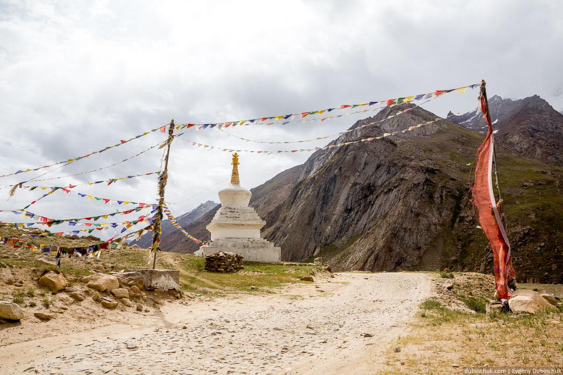 Ворота в буддийскую часть Индии. Ступа и молитвенные флажки. Ладакх - Малый Тибет.