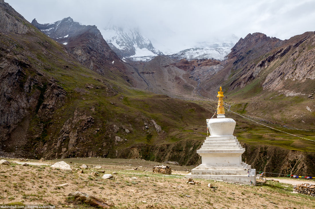 Буддийская ступа в Индии на фоне Нун-Куна