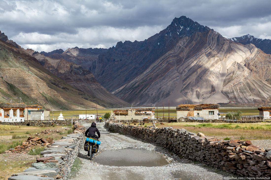 Велотуристы в Рангдуме, Гималаи