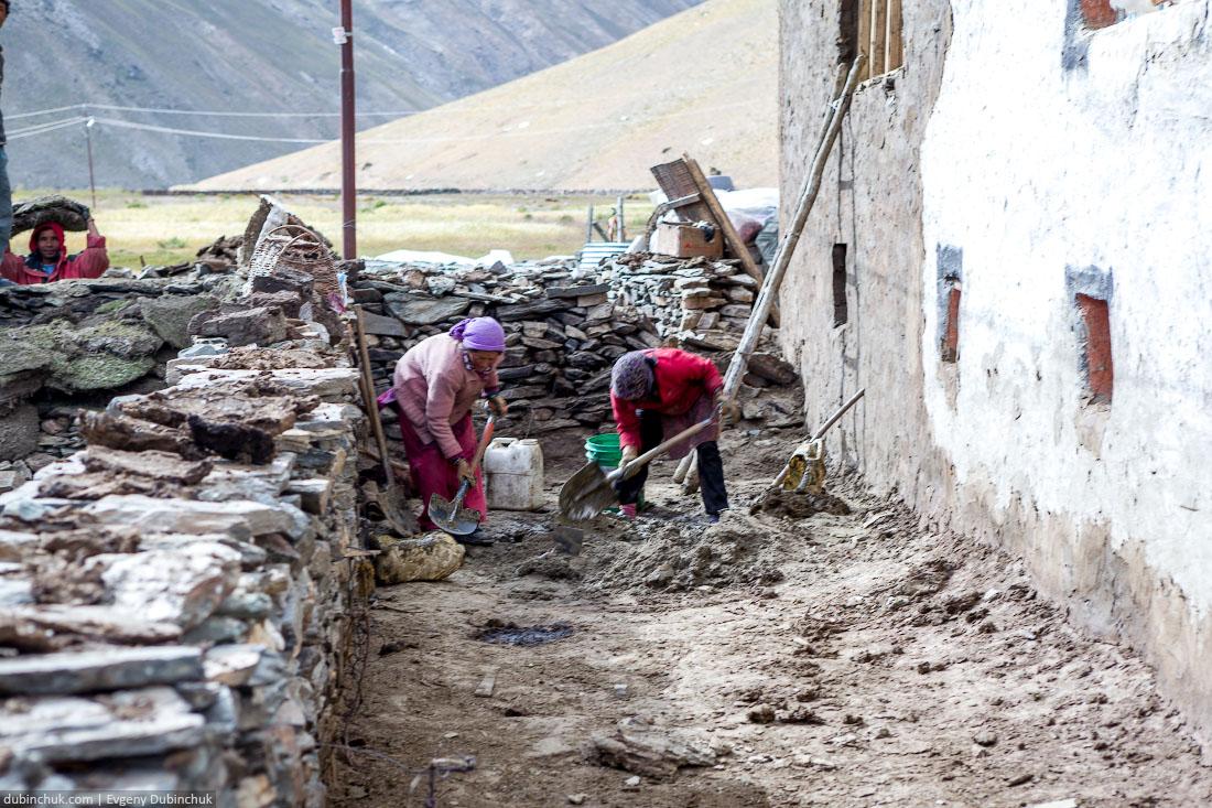 Женщины работают лопатами. Индия