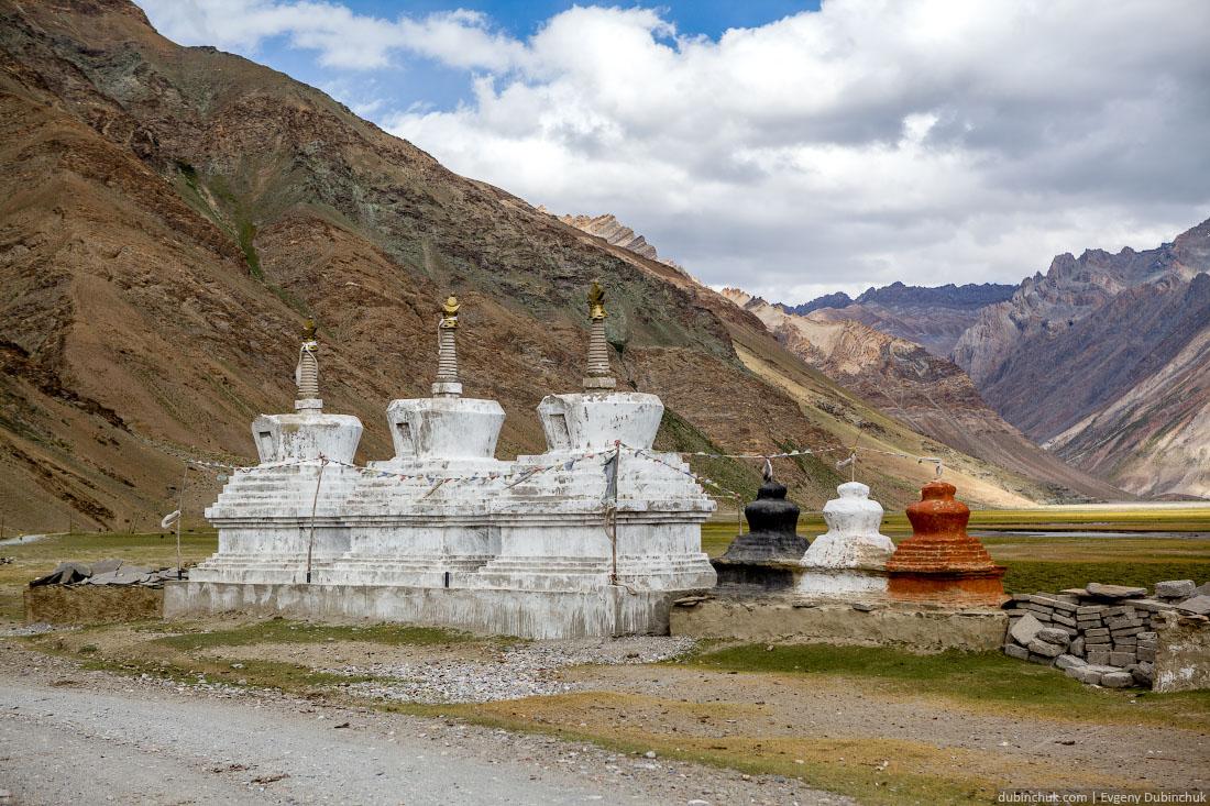 Разноцветные ступы в Рангдуме. Индийские Гималаи