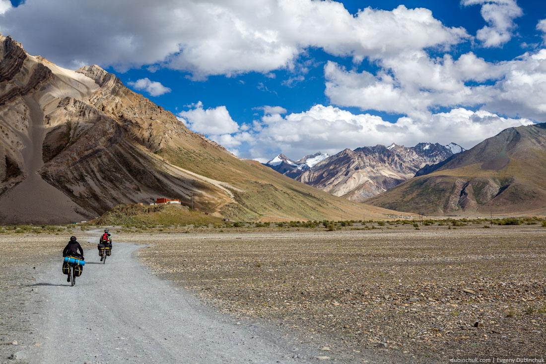 Впереди монастырь Рангдум Гомпа. Велопоход по Гималаям, Индия