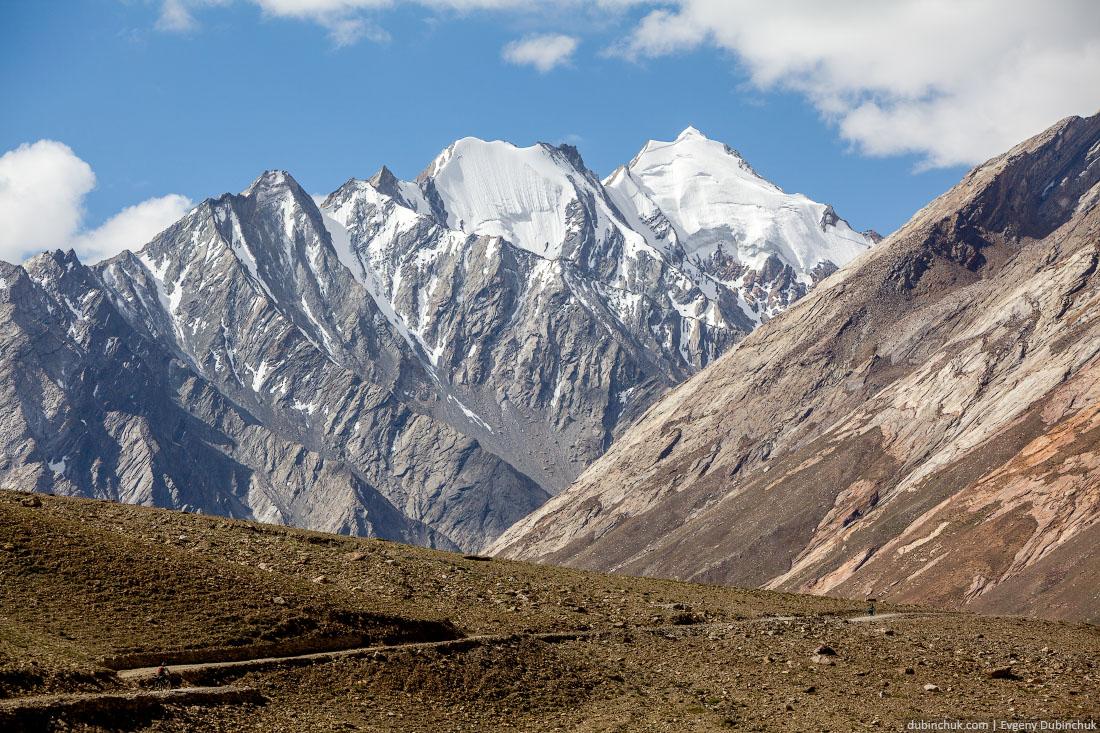 Дорога, уходящая вверх в горы на перевал Пенси Ла