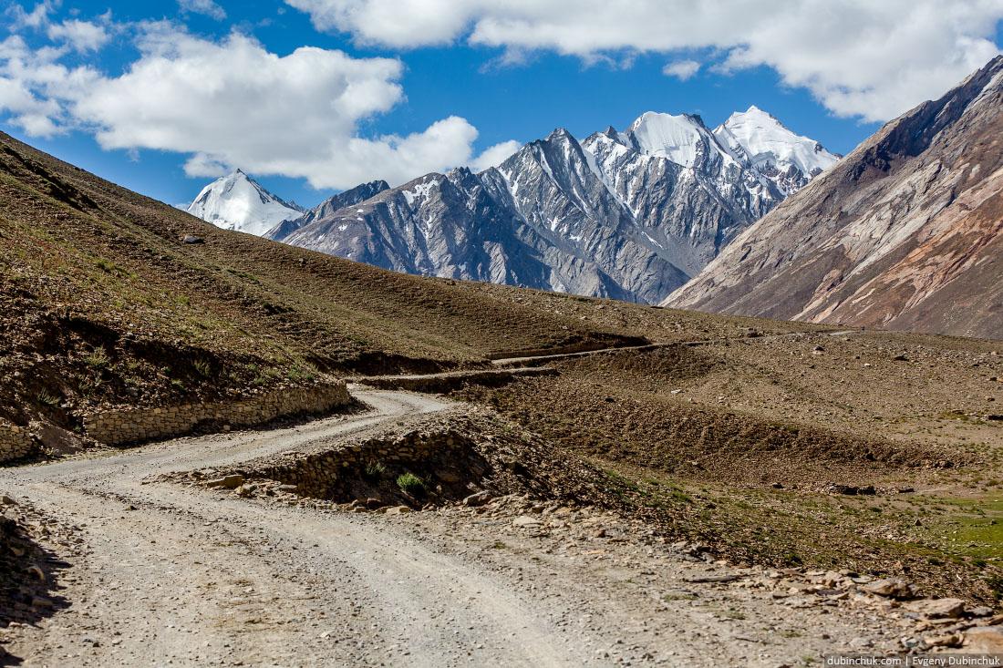 Горная дорога к перевалу Пенси Ла в Индийских Гималаях