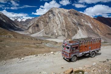 Типичный индийский грузовик в горах. Blow horn!