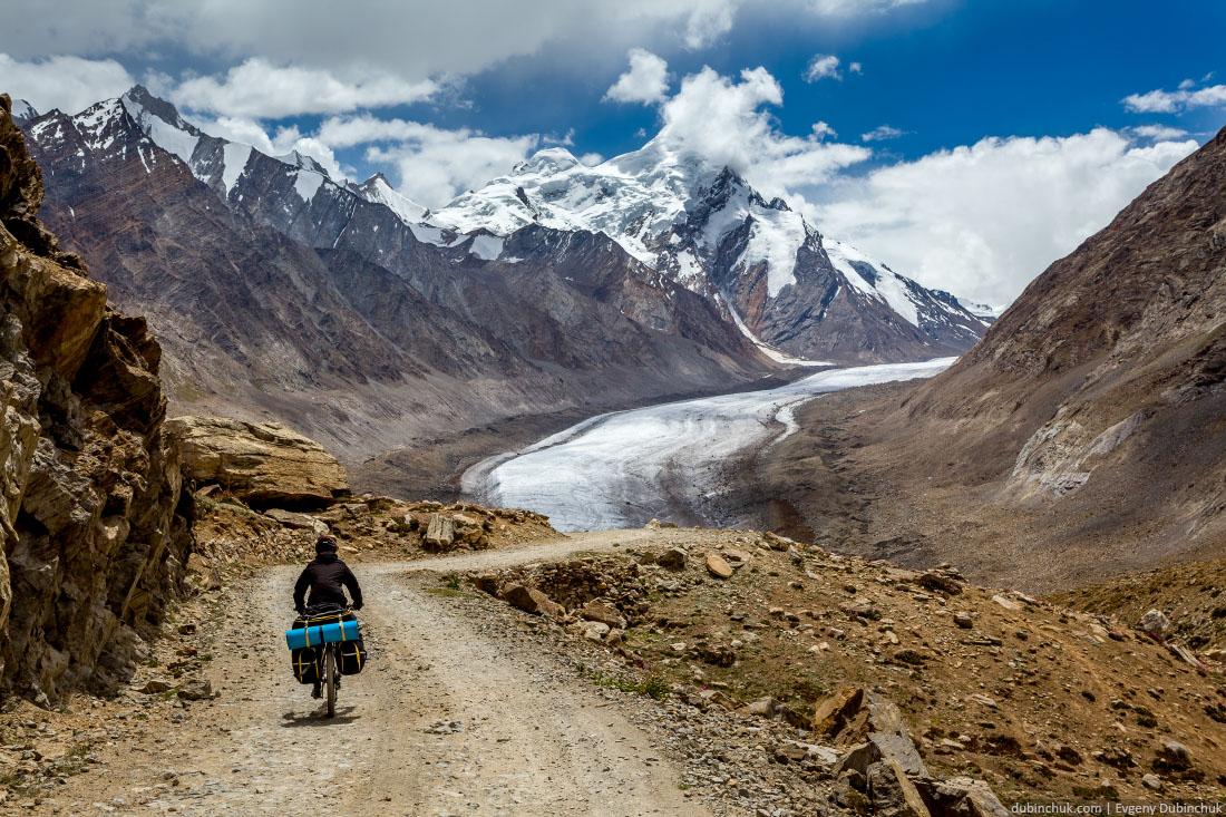 Велосипедист на фоне ледника Дранг Друнг. Занскар, перевал Пенси Ла