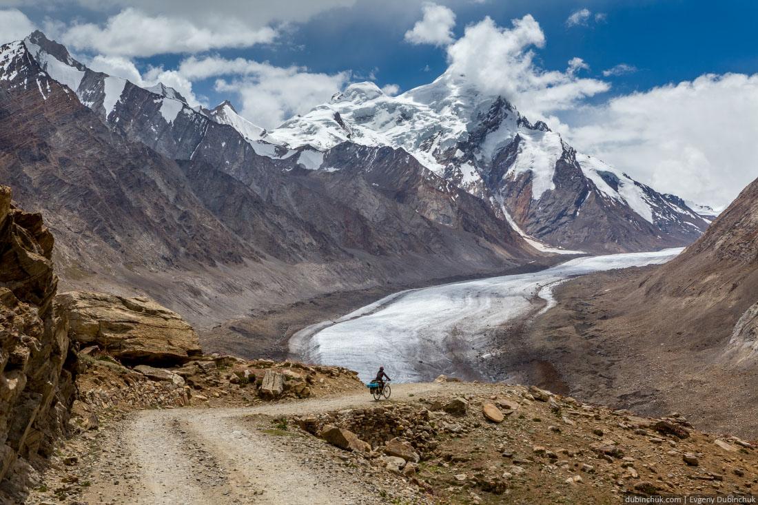 Ледник Дранг Друнг и велотурист. Занскар, Гималаи