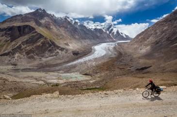 Велосипедистка на фоне ледника Дранг Друнг (Drang Drung). Спуск с перевала Пенси Ла. Занскар