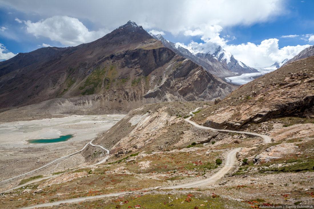 Дорога и озеро рядом с ледником Дранг Друнг в Занскаре