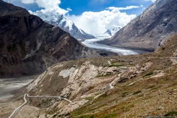 Горная дорога и ледник Дранг Друнг. Занскар, Гималаи, Северная Индия