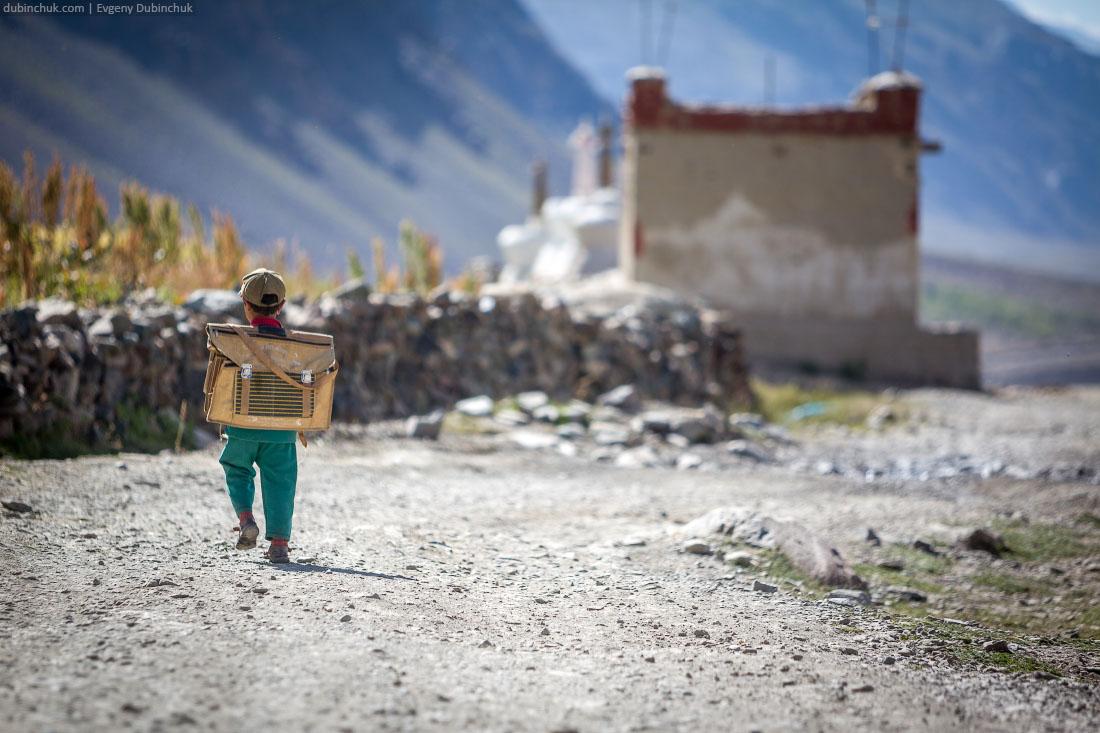 Школьный портфель больше ребенка