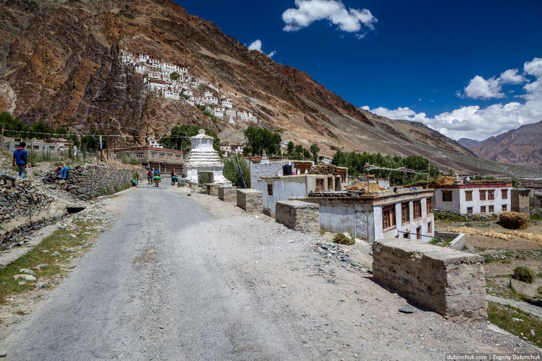 Буддийский монастырь Курча-Гомпа в Гималаях. Окрестности Падума