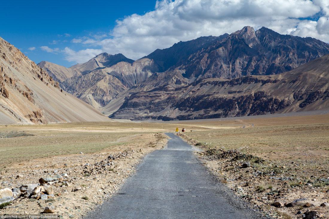 Пустынная дорога в долине Занскар. Индия