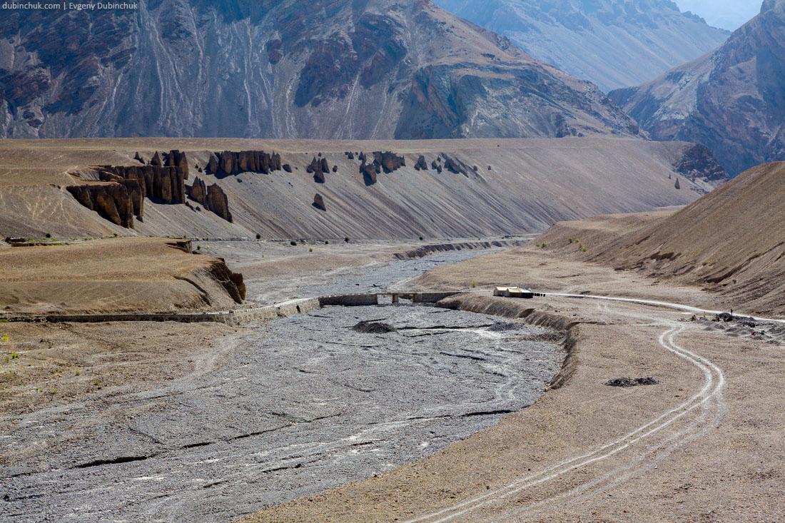Высохшее русло реки и останцы в Занскаре
