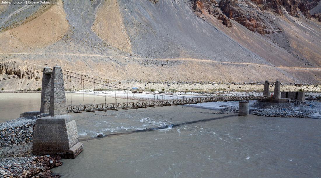 Пешеходный мост через Занскар в Пидмо (Pidmo). Гималаи