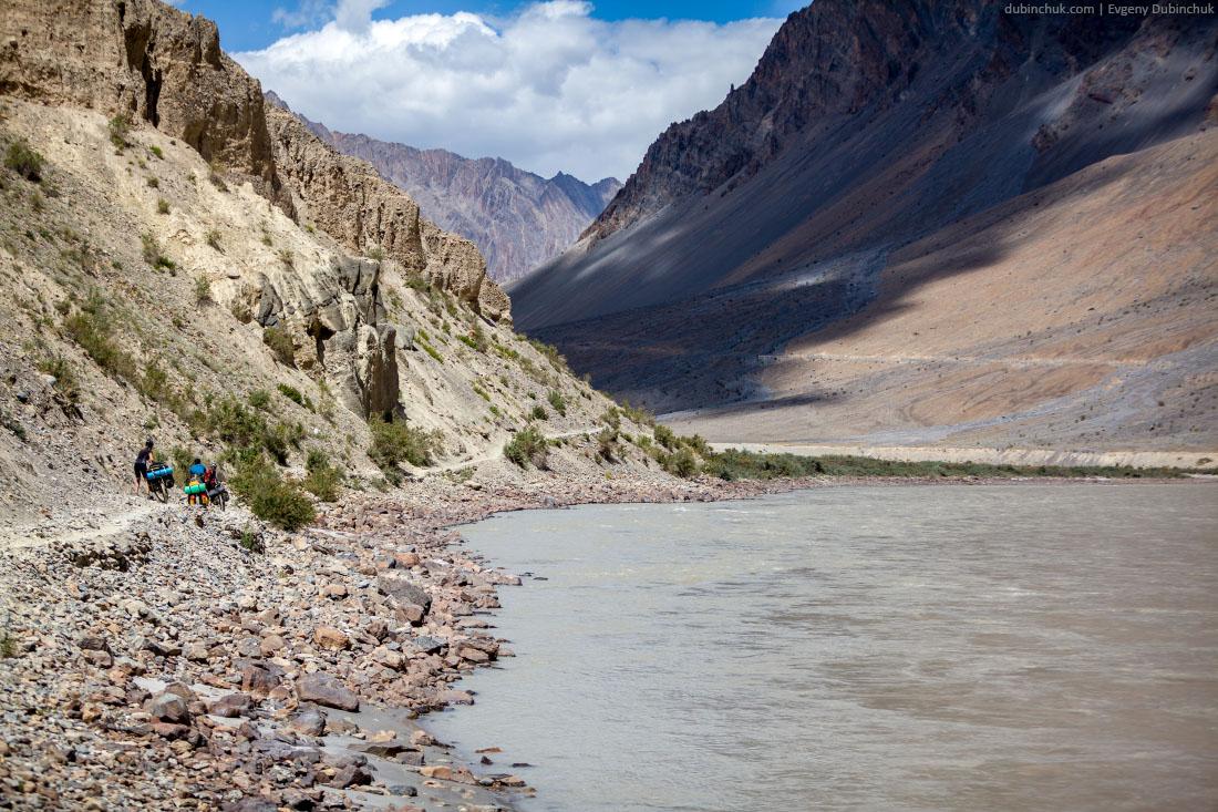 На велосипедах по тропе вдоль реки Занскар. Гималаи