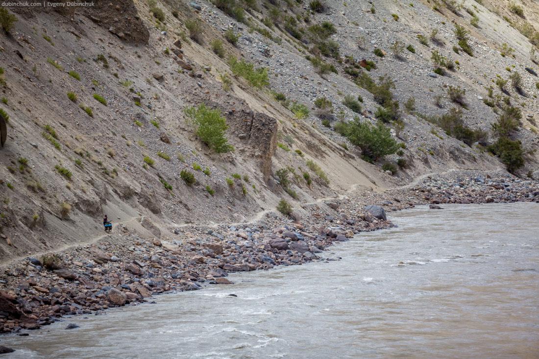 Вдоль реки Занскар по каменистой тропе. Велопоход по Индии