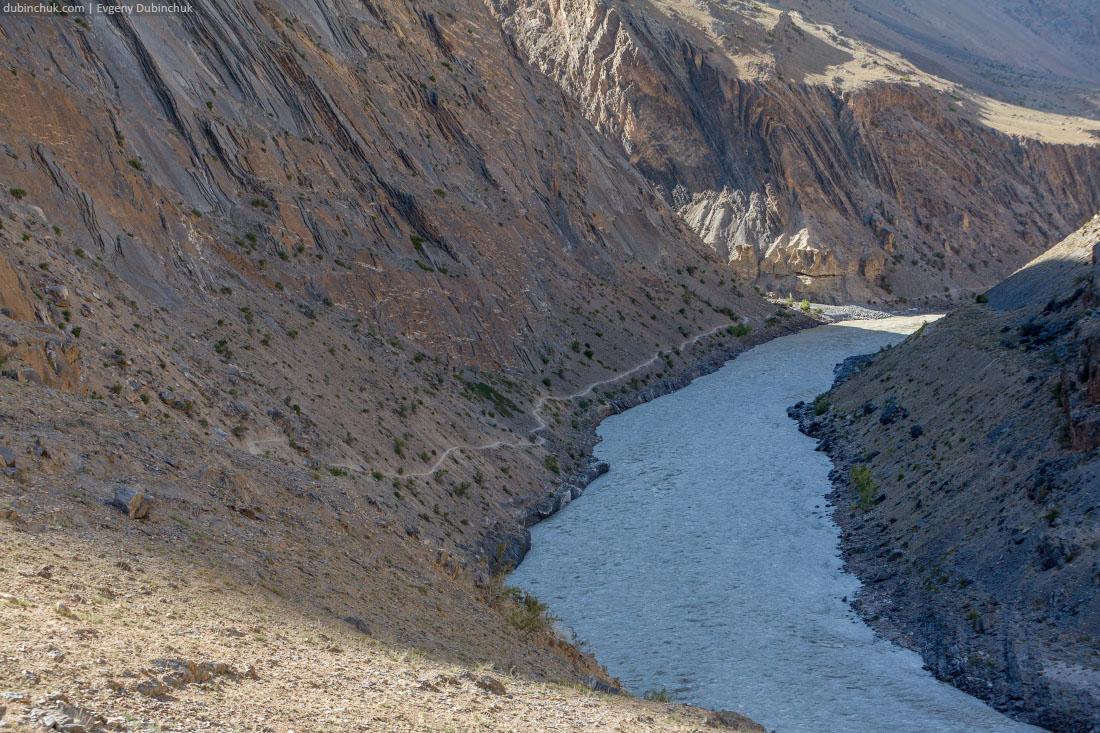 Тропа вдоль реки Занскар в Индии