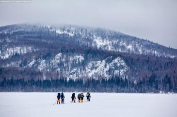 Лыжники на озере Зюраткуль зимой