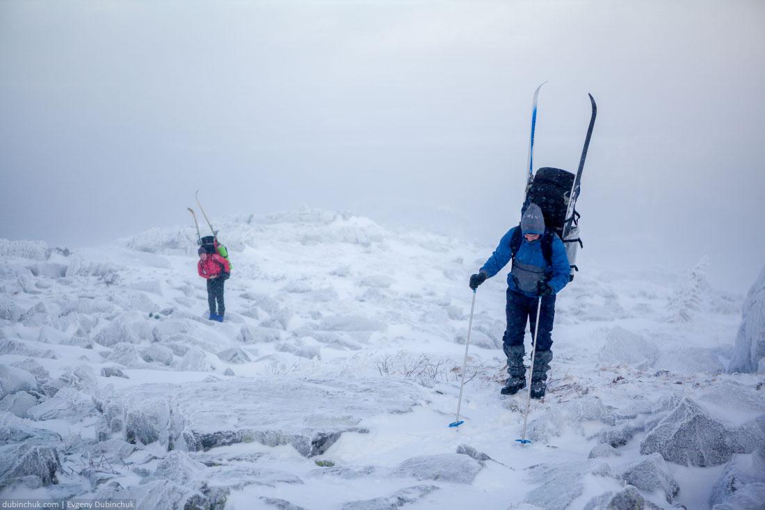 Подъем по камням на хребет Нургуш. Лыжный поход