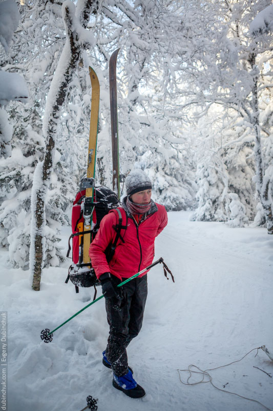 Туристические лыжи прикреплены к рюкзаку