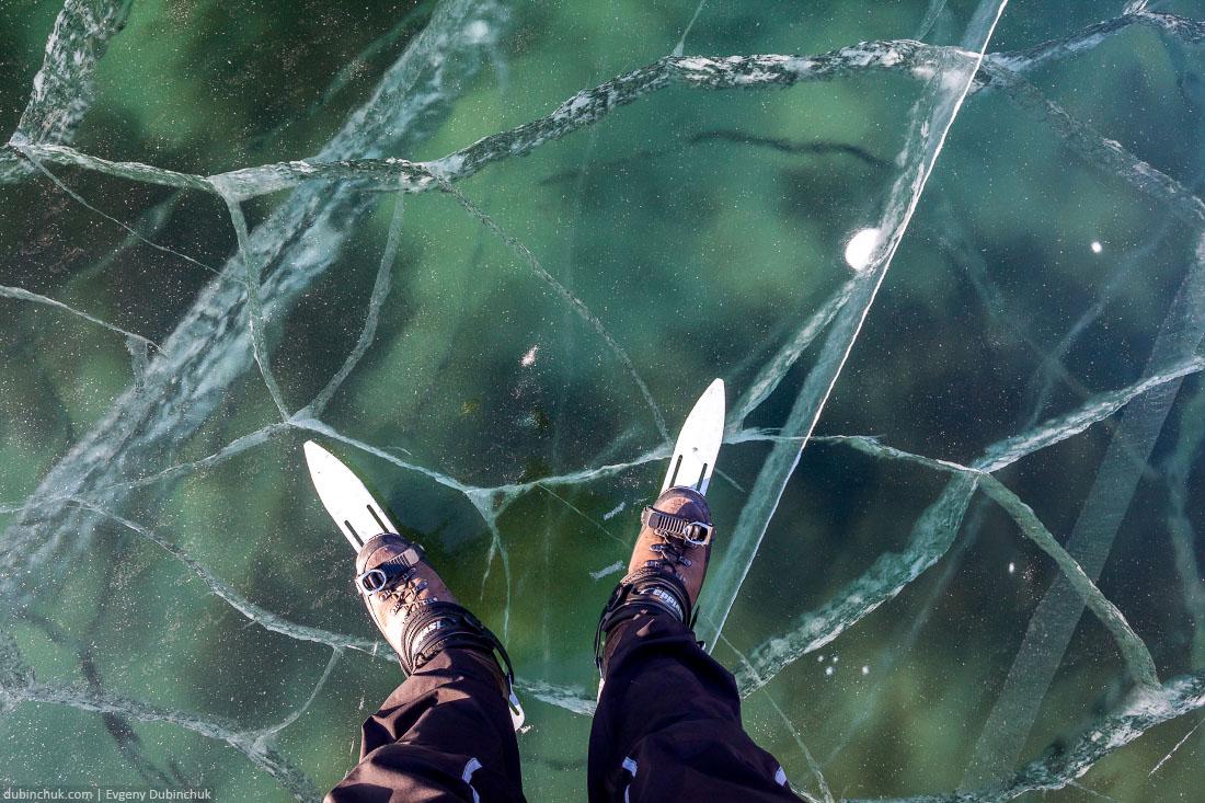 Дно Байкала видно сквозь лед. На коньках по Байкалу. Frozen lake Baikal