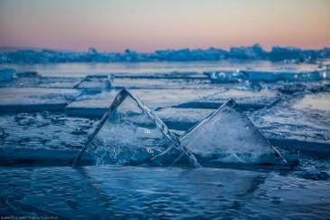 Острые треугольные торосы на Байкале во время заката. Sharp clear hummocks on lake Baikal at sunset