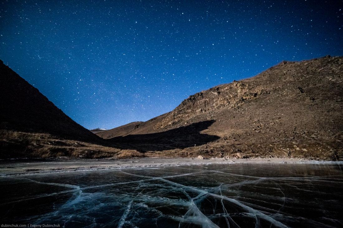 Застывший зимний Байкал ночью. Frozen lake Baikal at night