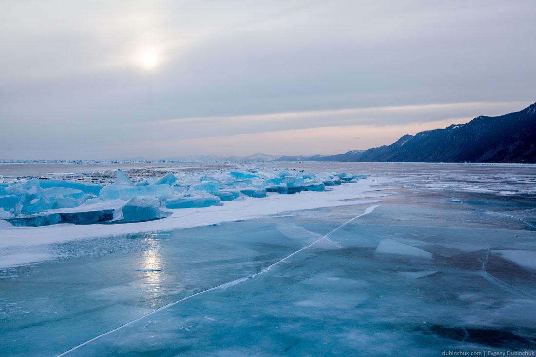Синие торосы и синий лед на Байкале зимой в пасмурную погоду