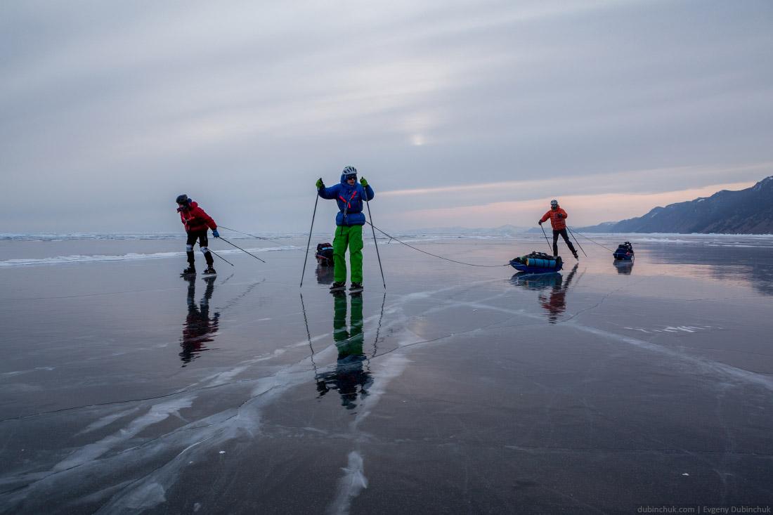 Поход по Байкалу на коньках. Конькобежцы на байкальском льду