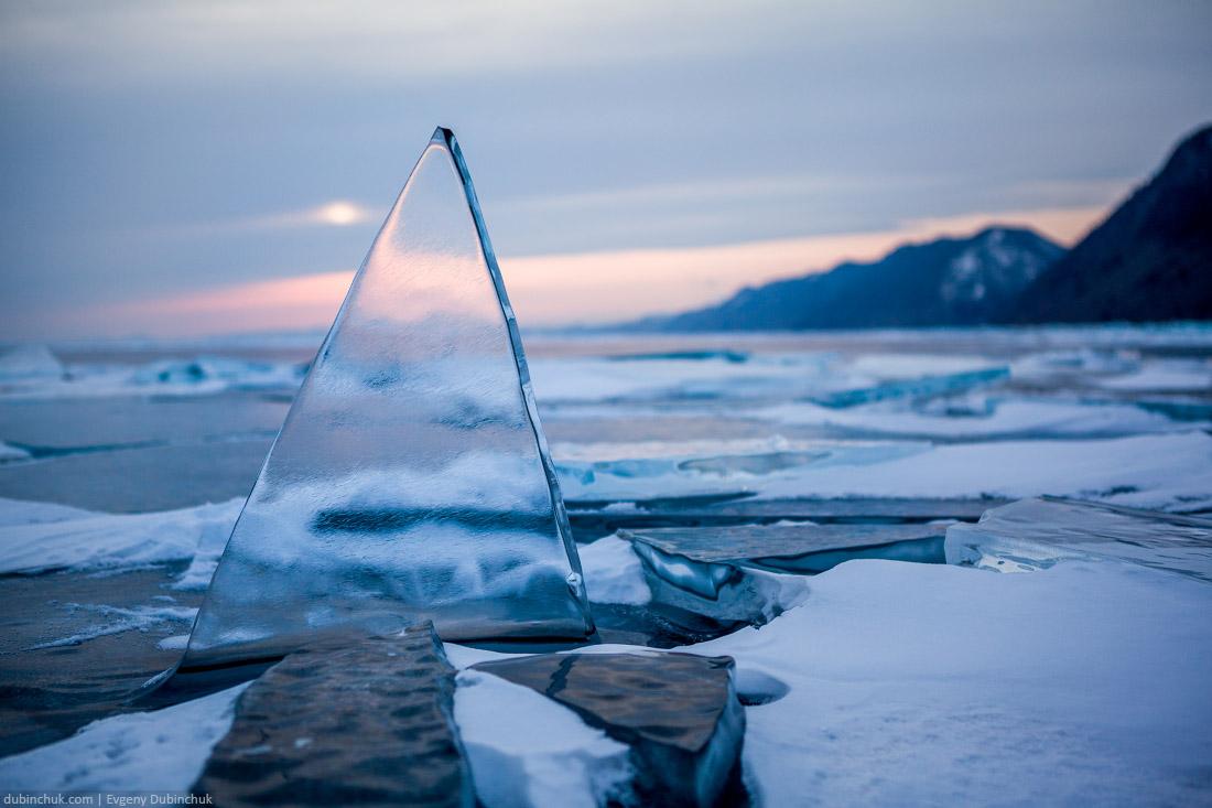 Треугольный торос на Байкале, стоящий вертикально
