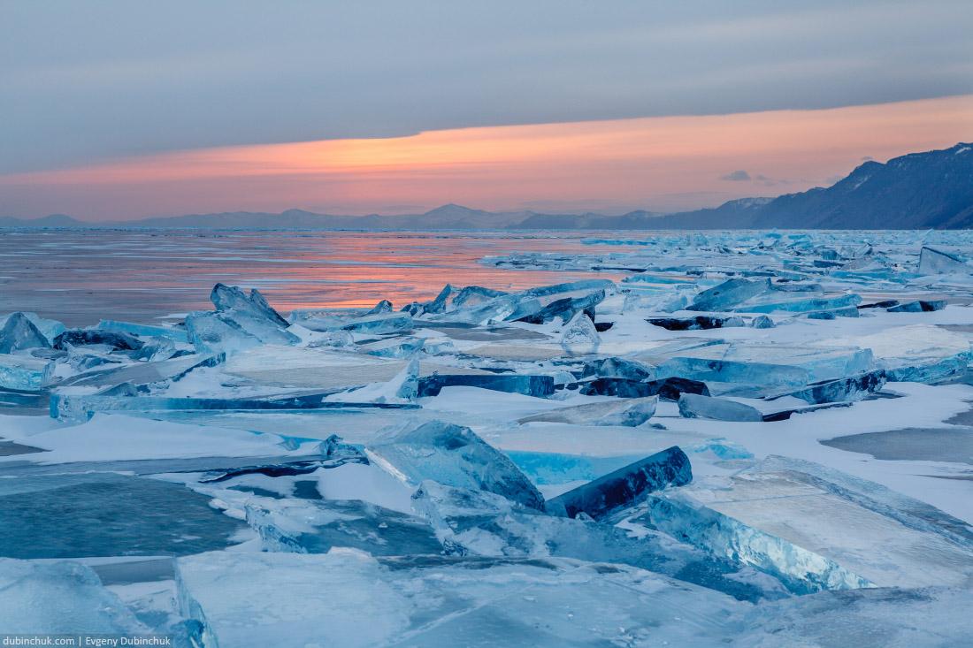 Ледяные торосы на закате. Зимний Байкал. Ice hummocks at sunset on lake Baikal