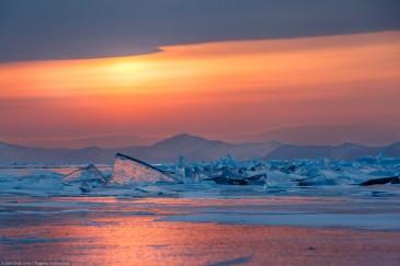 Закат на Байкале зимой. Торосы. Sunset on Baikal in winter. Hummocks