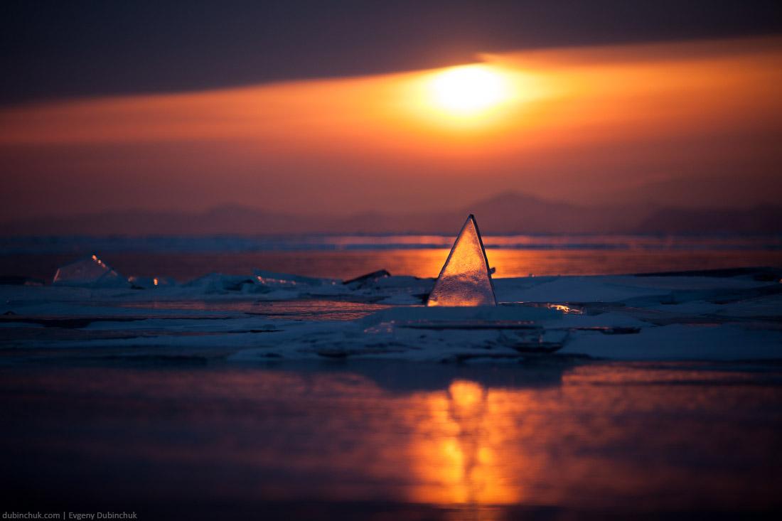Треугольный прозрачный торос с отражением во льду на закате. Байкал, зима. Triangle hummock at sunset, lake Baikal