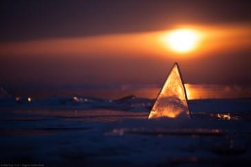 Светящийся треугольный торос на закате. Байкал. Glowing triangle hummock at sunset. Baikal