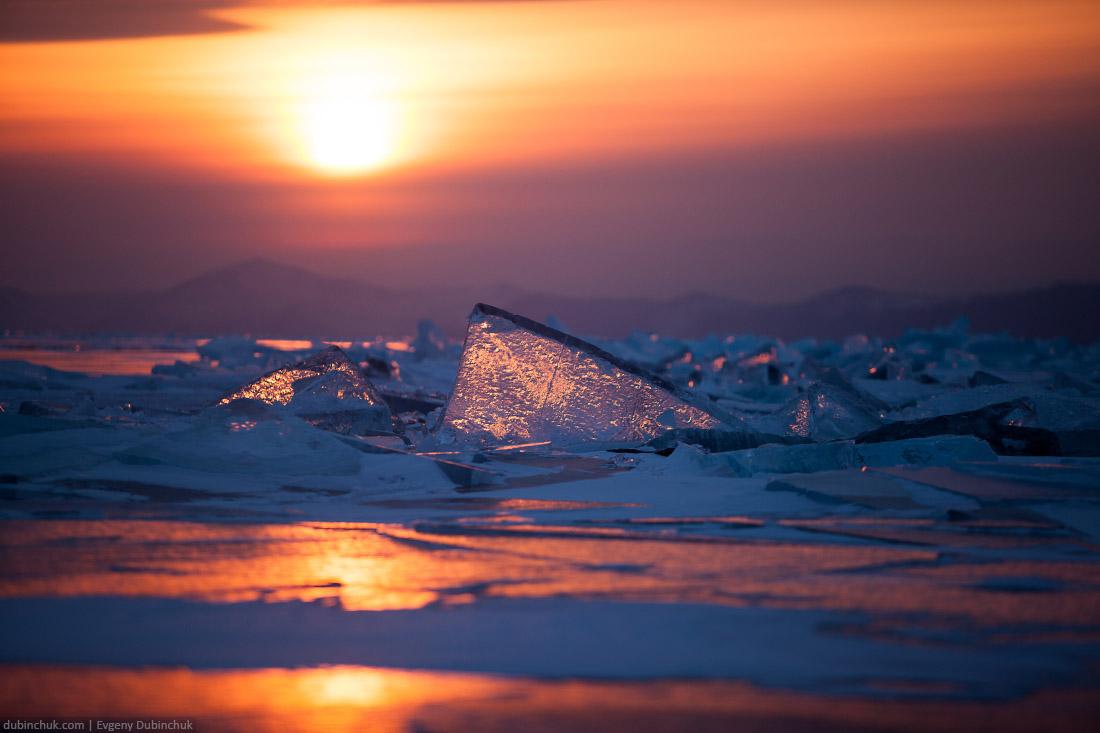 Солнце на закате просвечивает торос. Зимний Байкал. Sunset at lake Baikal in winter. Ice