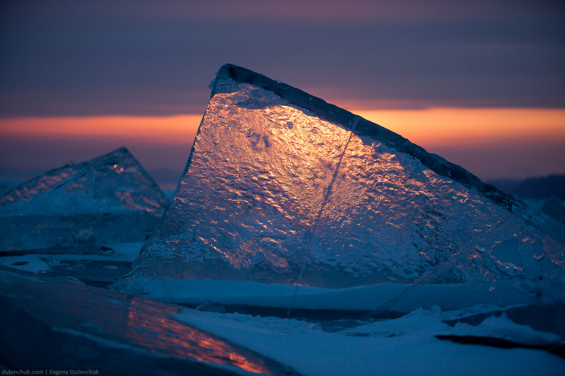 Отдельно стоящий торос на закате крупным планом. Байкал. Ice hummock at sunset. Baikal in winter