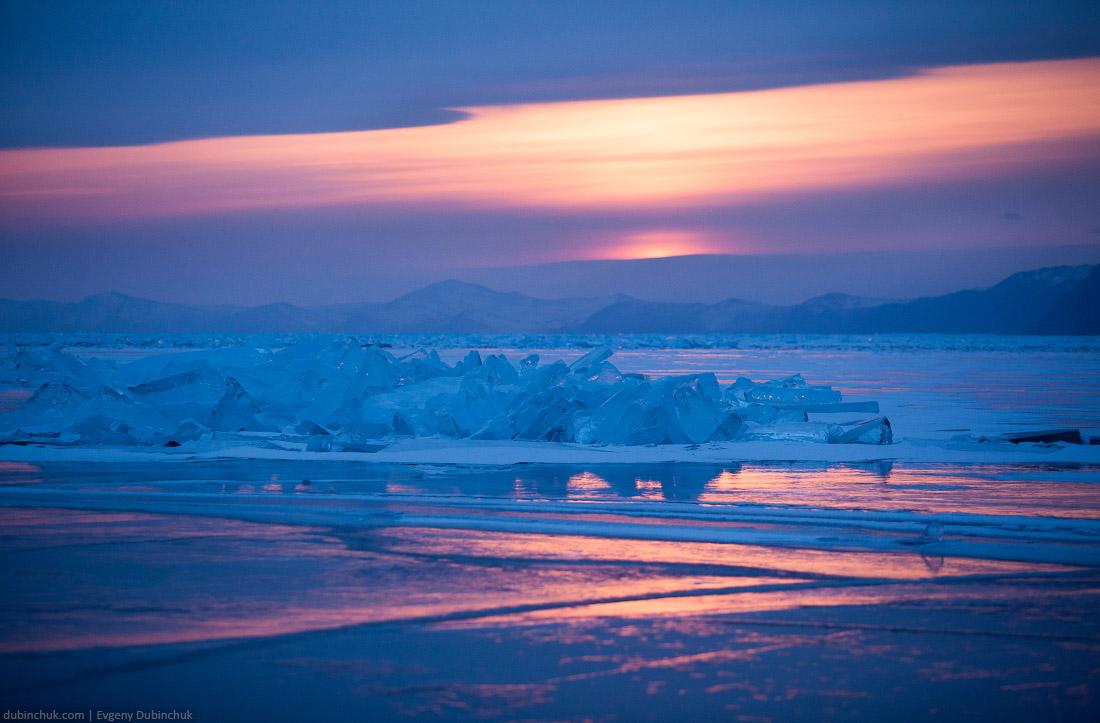 Закат на озере Байкал зимой. Ледяное поле торосов с отражениями на льду. Ice hummocks at sunset on lake Baikal