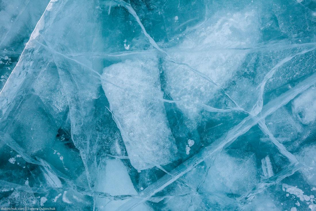 Синий лед Байкала крупным планом. Blue Baikal lake's ice